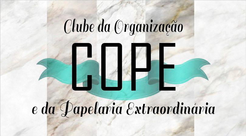 Logotipo do COPE - CLube da Organização e da Papelaria Extraordinária; fundo em padrão de mármore com letra cursiva e banner azul por trás das letras